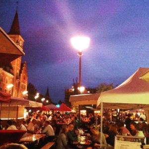 Stände der Weinwoche im Rheinauhafen in der Abenddämmerung
