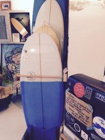 Beim Kaffeetrinken Surfbretter stöbern