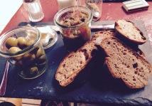 Oliven, Auberginendip und Brot