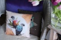 """Zu gewinnen: Das Papageien-Kissen im Vordergrung (""""Jolly Parrots""""-Kissen), der Rest ist Deko bzw. dient dazu, die Größe des Kissens zu illustrieren. ;-)"""