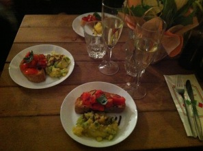 Vorspeisen: Bruschetta und warmer Kartoffelsalat