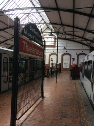 Links gehts zum Straßenbahnmuseum, rechts zum Kölnpfad
