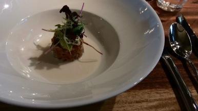 Thunfisch-Tartar mit Avocado und Joghurtsoße