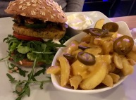 Bunte Burger und Chili Cheese Fries
