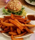 Bunte Burger und Süßkartoffel-Pommes