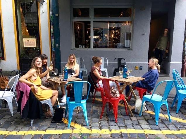 Einige Sitzplätze im Freien bietet der Weinladen auch