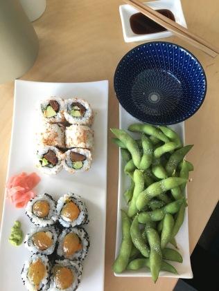 Edamame und veganes Sushi