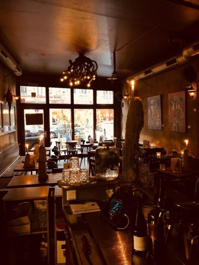 Blick von der Theke ins Café Storch